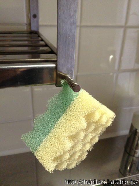 キッチンスポンジをカットして磁石で吊るすと置き場所がすっきりする収納アイデア 収納 アイデア キッチン スポンジ 合理化