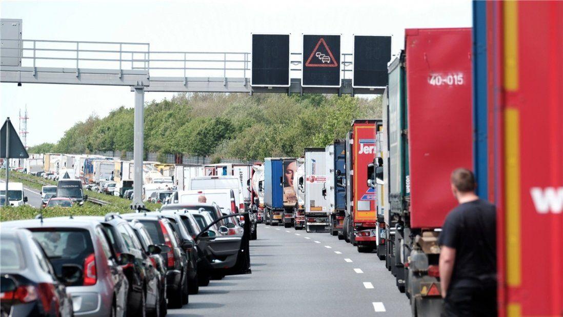 Auf www.noz.de Vorbildlich: So sieht eine korrekt gebildete Rettungsgasse aus. Foto: dpa