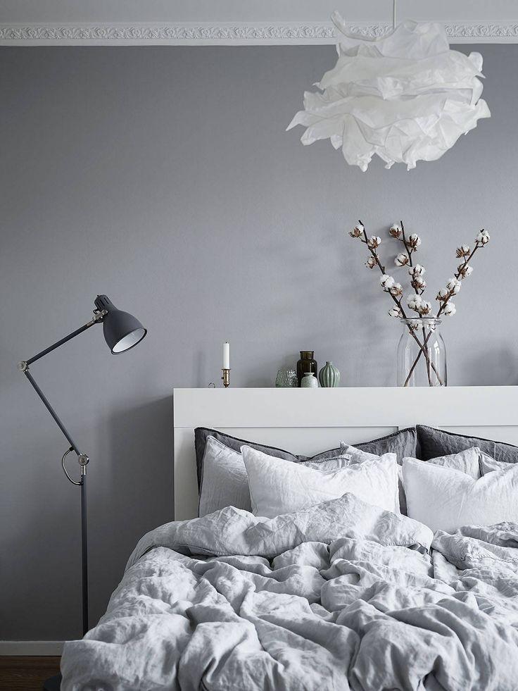 schlafzimmer in grau wei mit floralen akzenten schlafzimmer einrichten bedrooms ideas. Black Bedroom Furniture Sets. Home Design Ideas