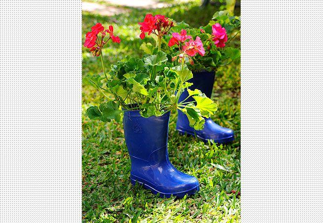 Leve o par de galochas para o jardim e use-o como vaso. Basta fazer uns furinhos na sola e plantar a flor de que mais gosta. A montagem expõe gerânios  Evelyn Müller / Casa e Jardim
