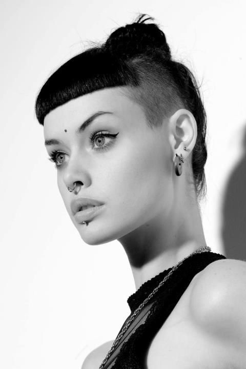 Pin By Kady Dessiree On Les Filles D Eve Noir Et Blanc Shaved Side Hairstyles Shaved Hair Hair Styles