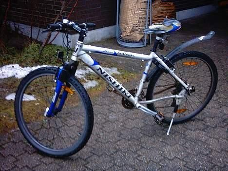Jos joku yrittää myydä kuvan kaltaista pyörää ( muuten sama mutta ei lokasuojaa ja penkki on musta ) niin se voi hyvinkin olla minun pyörä . Varastettu tänään punavuoresta .. lisä tunnisteena , nopeusmittarin paikka tangossa , takapyörässä erinlainen venttiili kuin edessä ... https://www.facebook.com/malle.taar/posts/10204863483887041