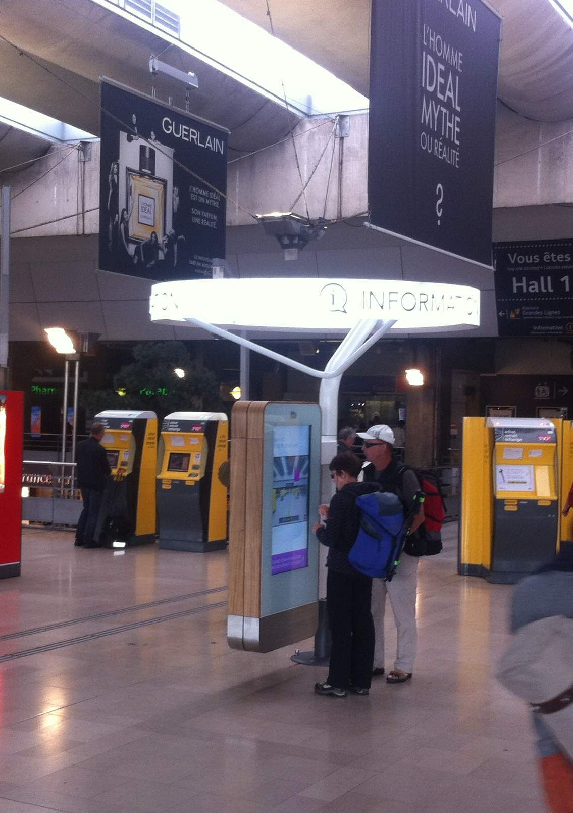 Outdoor Kiosk In Monparnasse Gare France 46 Lcd Using 8mm Glass With Wayfinding Content For Train Departures And Arrivals In Wayfinding Outdoor Departures