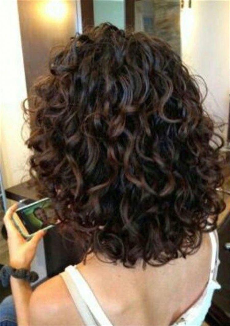 Kinnlänge Curly Bob; Kurzes lockiges dickes Haar; Kurze lockige