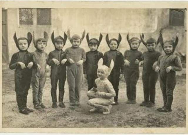 26 Weird Vintage Photos from the Creepy Olden Days - Team Jimmy Joe