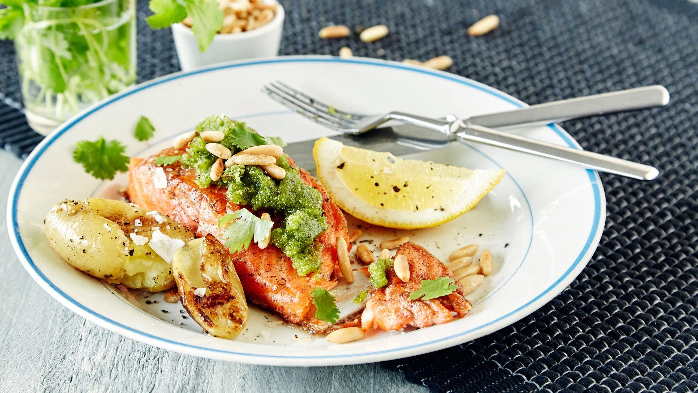 Kauniin vihreä korianteripesto valmistuu helposti ja maistuu ihanalta kalan kanssa. Kokeile myös leivän päällä tai pastakastikkeena. Resepti noin 3,70 €/annos*.