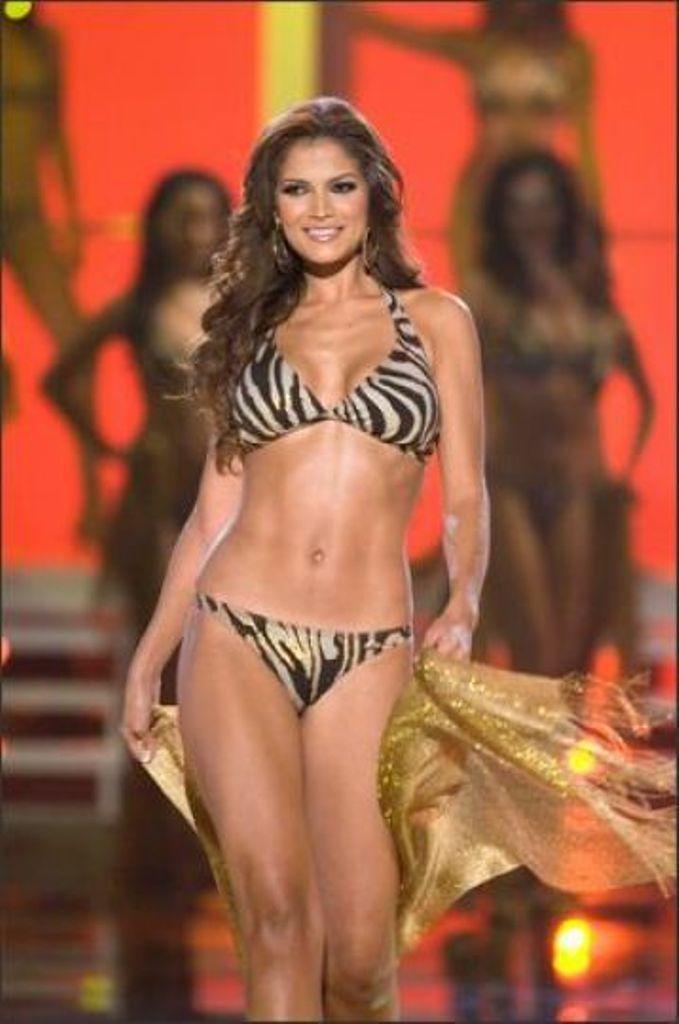 Venezuela El 15 Desfile Baño Del De Top Su Traje Miss En ZOTiwPkXu