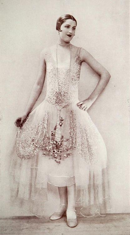 """Robe du Soir 1926 Les Modes (Paris) 1926 """"Aurore"""" Robe du Soir par Boue Soeurs"""