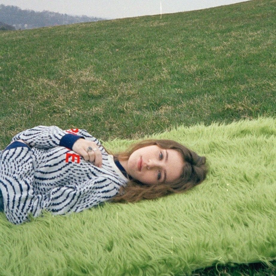 « Let me lie on grasses green... »🌾