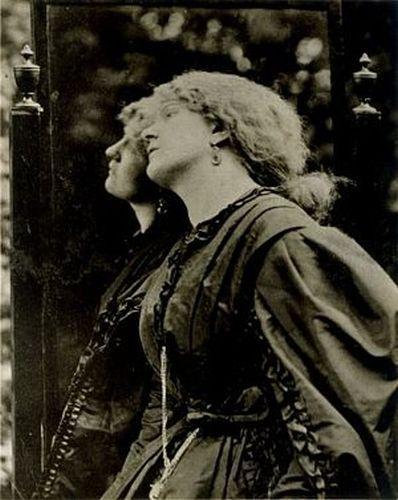 Фото Фанни Корнфорт, 1863 г. 10 февраля 1862 г. трагически оборвалась жизнь Элизабет, чье психич. состояние усугубилось рождением мертвого ребенка. Возм., смерть, объяснявшаяся случайной неосторожностью, являлась самоубийством. Вскоре умер и муж Фанни. Отношения Россетти и Фанни возобновились. В этот период простая и грубоватая девушка-кокни стала надежной опорой для подавл. и страдающего от чувства вины художника. На какое-то время она даже смогла стать его основной музой и моделью.