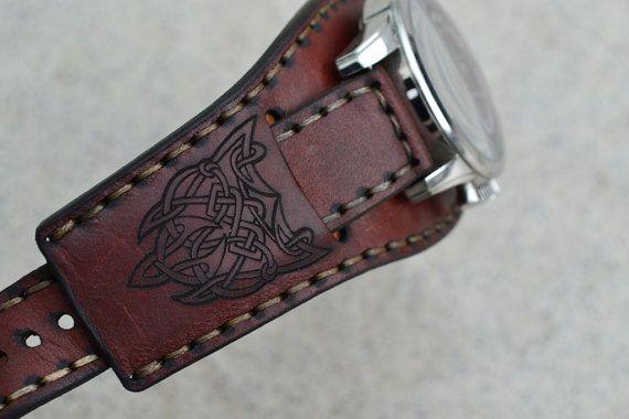 Ersatzband. Die Breite des Gurtes Anfügen an die Uhr 22 mm (0, 86 ). Geben Sie eine Größe für Ihre Uhr. Hergestellt aus echtem Leder Harness Sattel. Hand-Stich mit zwei Nadeln. Imprägniert mit natürlichen Leinsamen und Rizinusöl. Gemacht Celtic Ornament-Gravur. Möglich, ohne dass es.  Für die Herstellung des Armbandes benötige ich mehr Informationen:  Uhr Form: rund, quadratisch, rechteckig oder Oval.  Dimensionen in der Abbildung dargestellt:  A. die Größe des für ein Tragegurt. B. Länge…