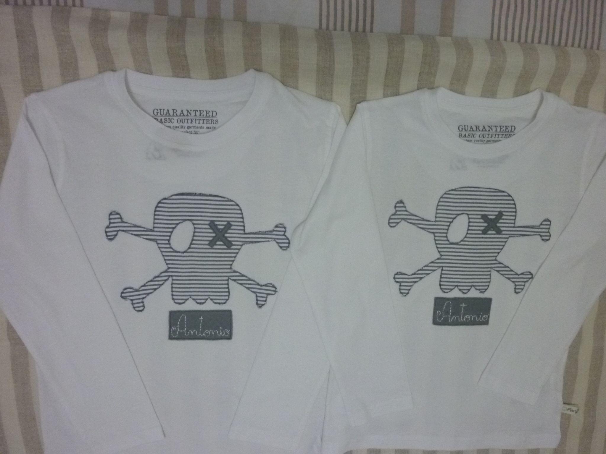 Camiseta niño calavera y nombre bordado manga larga $20 euros.