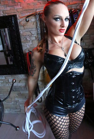 Lady-Justizia - Herrin in SM, BDSM, Heavy Rubber, Domina