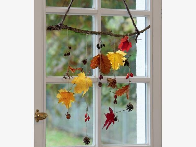 Herbstliche Mobiles aus Blättern und Früchten #herbstbastelnmitkindernfensterbilder