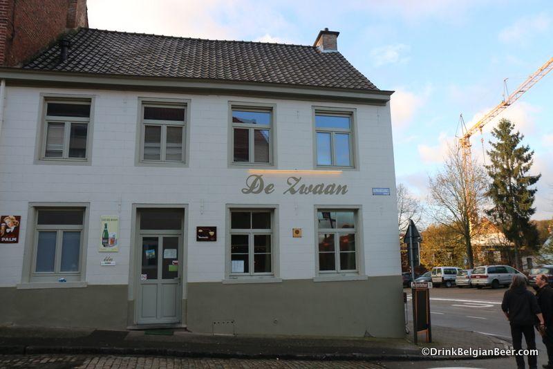 Café De Zwaan Dworp - Je komt er in de late namiddag toe maar je blijft vaak hangen tot in de vroege uurtjes. Dit is nog een typisch 'bruin café' met een ruim aanbod van streekbieren.