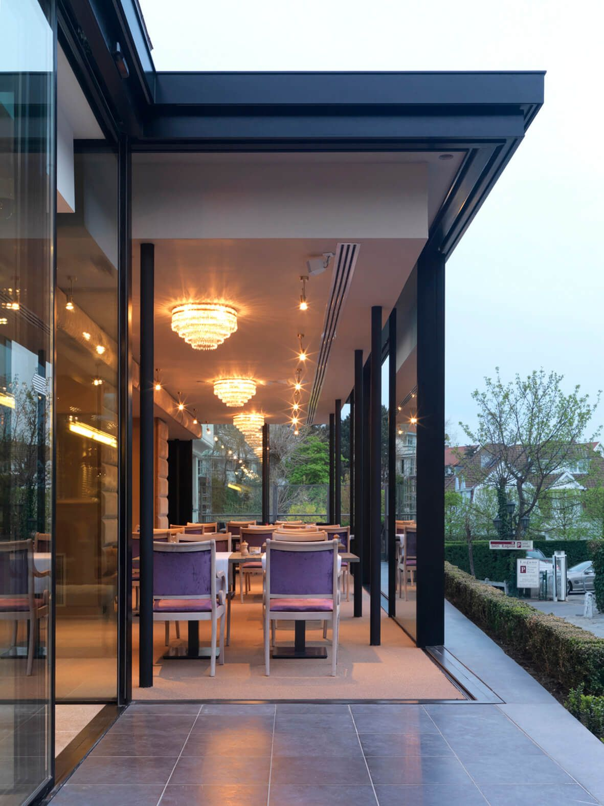 Business Design A House And Window: Minimal Windows Open Corner Sliding Doors Create A Beautiful Indoor/outdoor Appearance To This