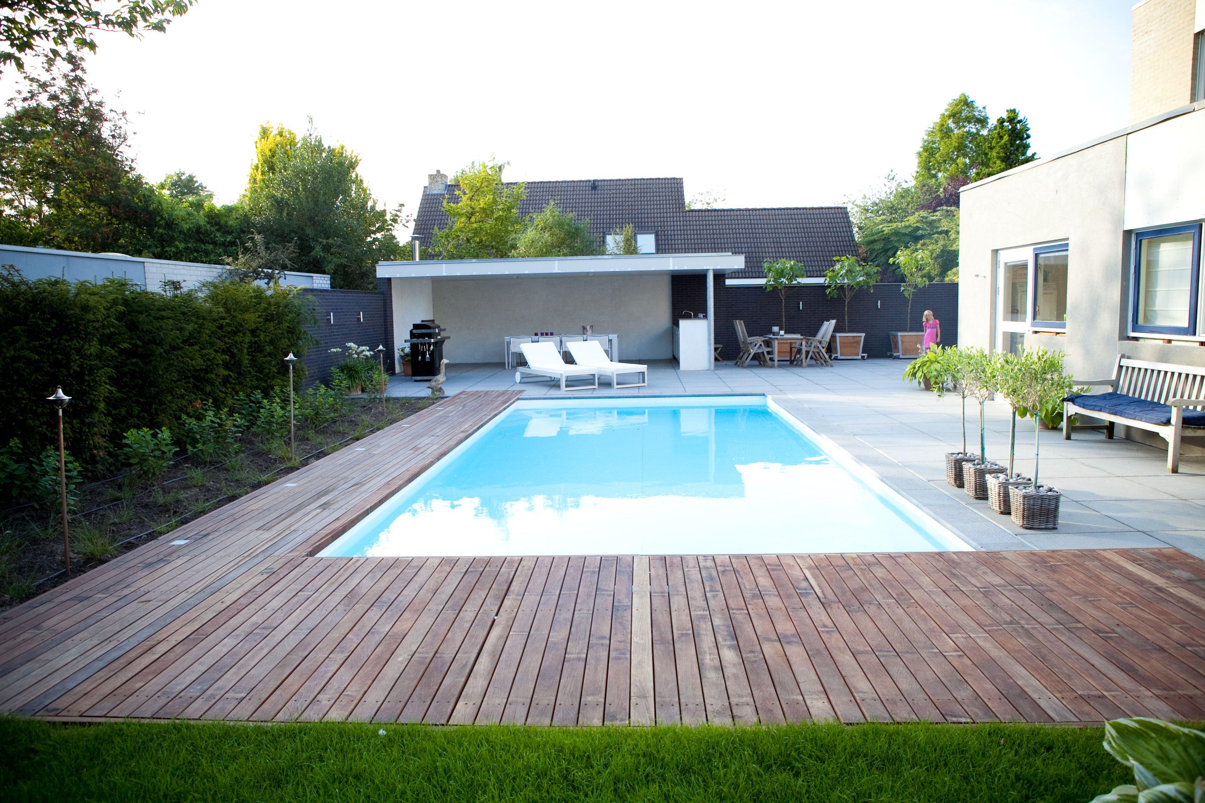 Moderne tuin in zeewolde met zwembad houten vlonders en overdekt terras met buitenkeuken - Terras met zwembad ...