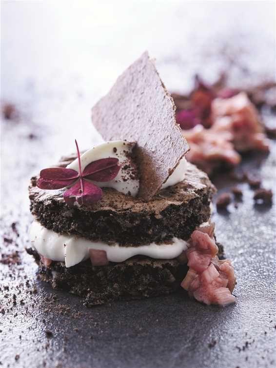 Rugbrødskage Med Rabarber Og Hvid Chokolade Cakes Hvid Chokolade