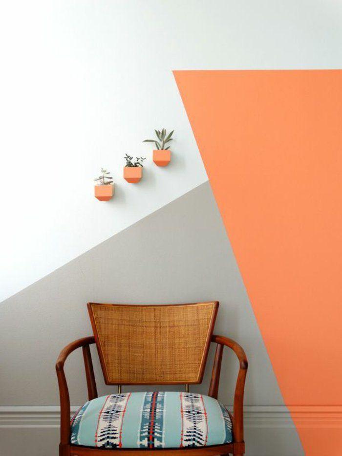 peindre un mur decor mural gris blanc et orange chaise vintage