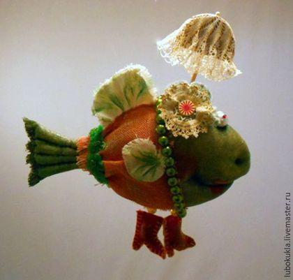 Купить или заказать Рыба под зонтиком в интернет-магазине на Ярмарке Мастеров. Зачем рыбе зонтик? Гуляет по дну Серебристая рыбка С большим, из кувшинки, Красивым зонтом. Зачем рыбе зонтик? Какая ошибка! Неужто намокнет Она под дождем. Смешные! Он нужен От яркого солнца, Что лучики моет В прозрачной воде. И кто будет спорить, Что рыбки нарядней, Вы в нашей реке Не найдете нигде! /Ю.Первухина/ А и правда! Зачем рыбе зонтик??? А не зачем!