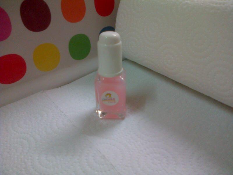 Tratamiento para cutículas DN. 5. Hidratante de cutículas con un agradable olor a rosas. Se sirve con gotero, lo cual lo hace más higiénico y evita la pérdida del producto