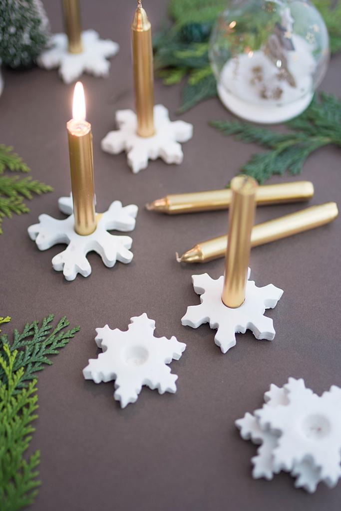 Let it snow: Schneeflocken-Kerzenhalter aus Modelliermasse