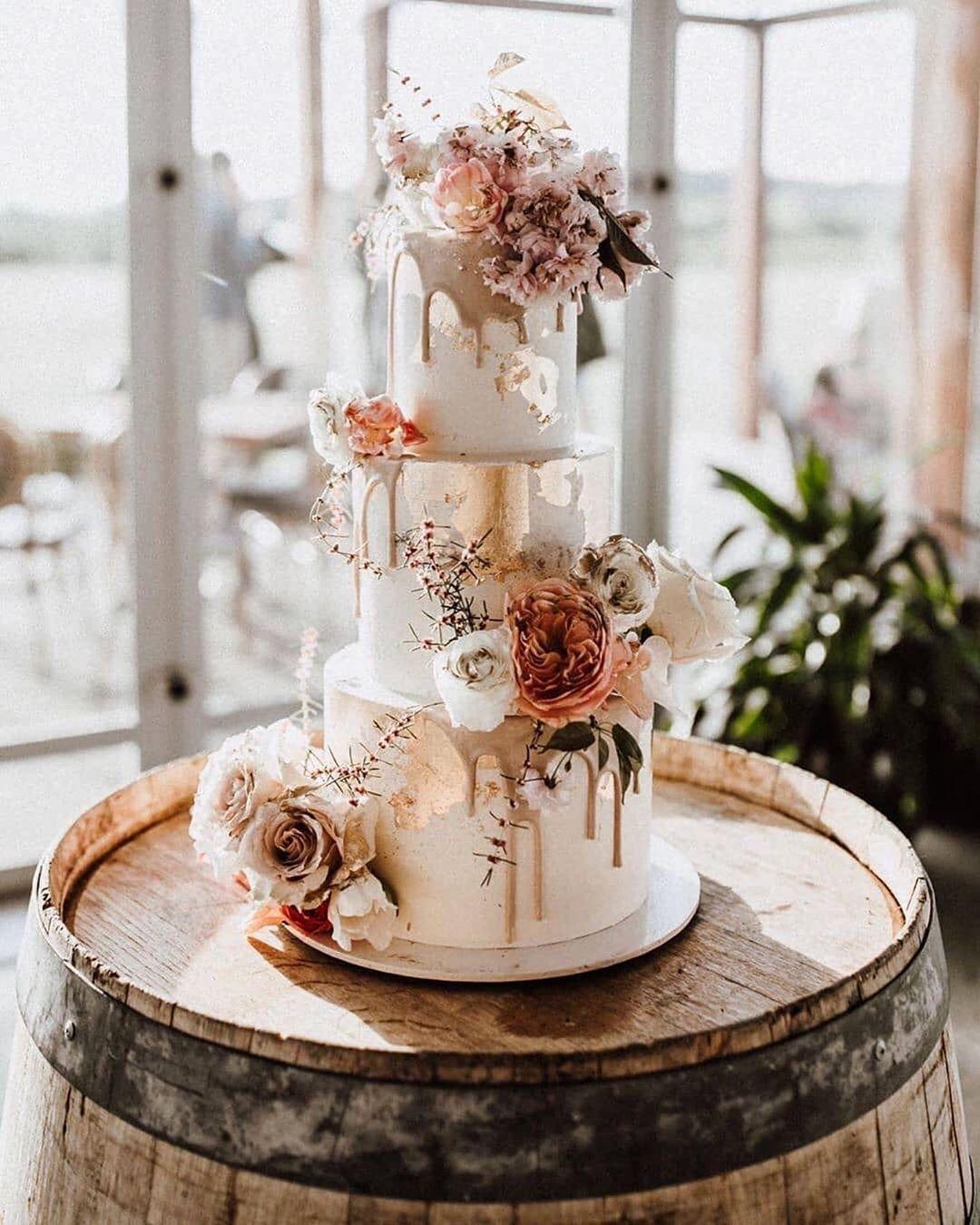 Delikatne Dekoracje Tortu I Robiace Wrazenie Zywe Kwiaty To Nasze Ulubione Polaczenie Wedding Cake Centerpieces Wedding Cake Options Gorgeous Wedding Cake