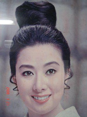 髪をアップでまとめ微笑む若い頃の山本富士子