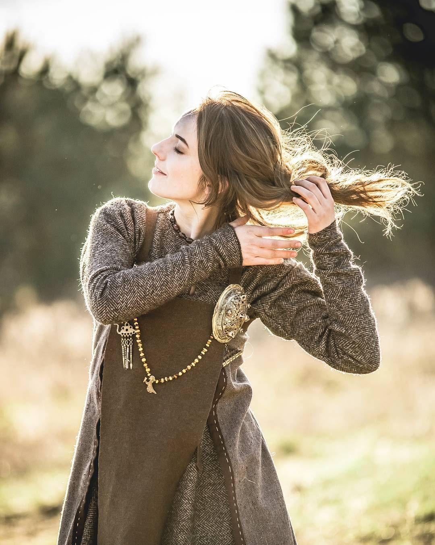 De ljósalfar worden beschreven als 'mooier dan de zon'. Zij komen voor in de Noorse mythologie, zoals ook te herkennen aan de kleding.