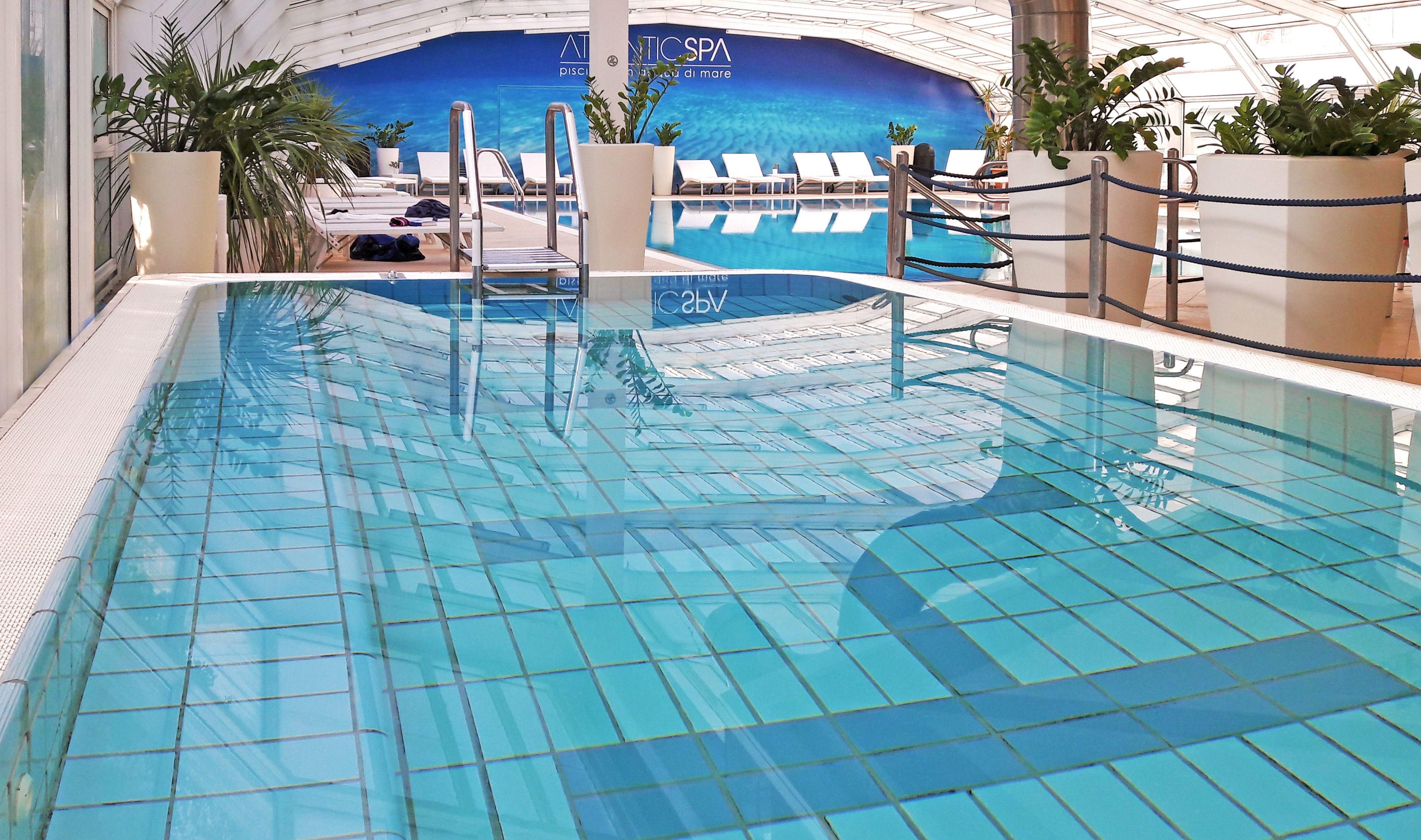 La piscina coperta con autentica acqua marina a 30° dell