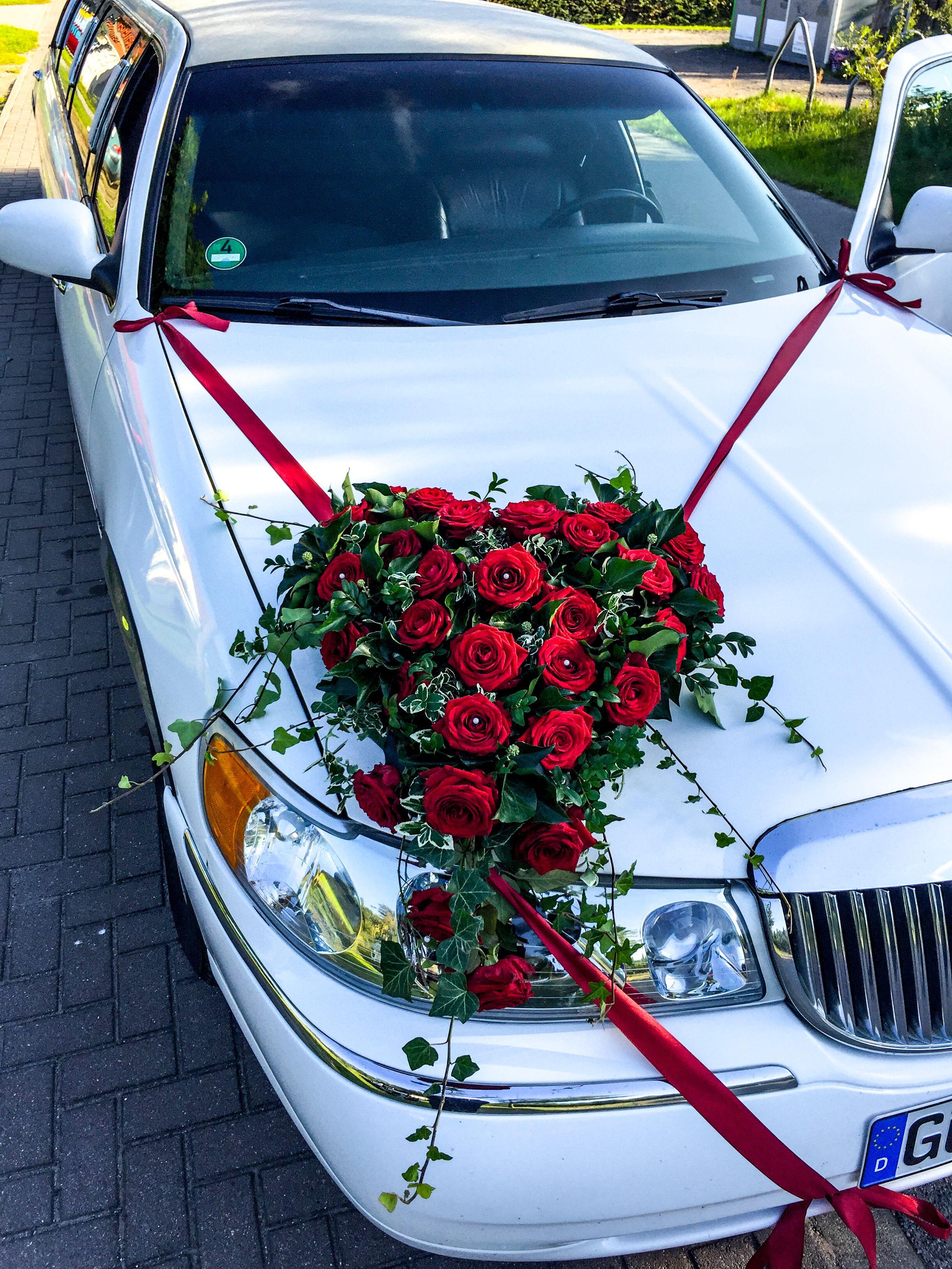 Wedding car flower decoration images  Herz aus Rosen für die Motorhaube auf der Stretchlimousine