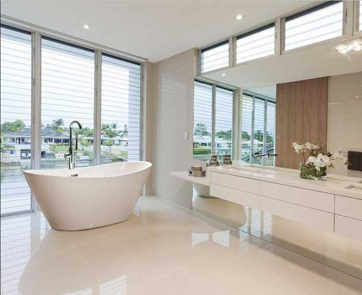 Kleine Freistehende Badewanne Im Moderne Badezimmer Dekoration Mit Armatur  Stehend Auf
