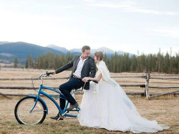 Casar-se mais de 30 vezes ao redor do mundo. E porque não? ;)