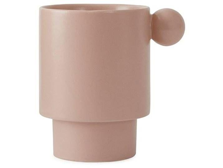 Der Becher Inka hat das charakteristische Design der Inka Serie von OYOY. Der rosane Becher hat seitlich einen kugelrunden Knopf, der den Becher zu ei