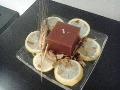 Decoracion recibidor con limon,canela y una vela. Sencillisimo!!!