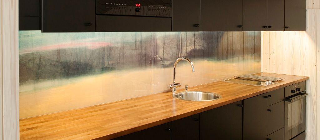 Rantahuvilan (Mikkeli, Suomi) keittiötason takana olevassa seinässä on huomionkiinnittävä taustalevy.