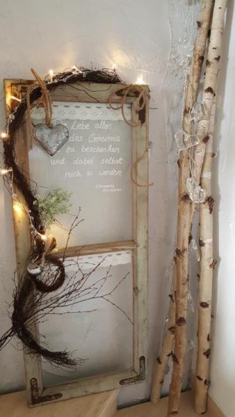 Ein uraltes Fenster liebevoll in ein Kunsthandwerk dekoriert. Maße ca.: Höhe 9…