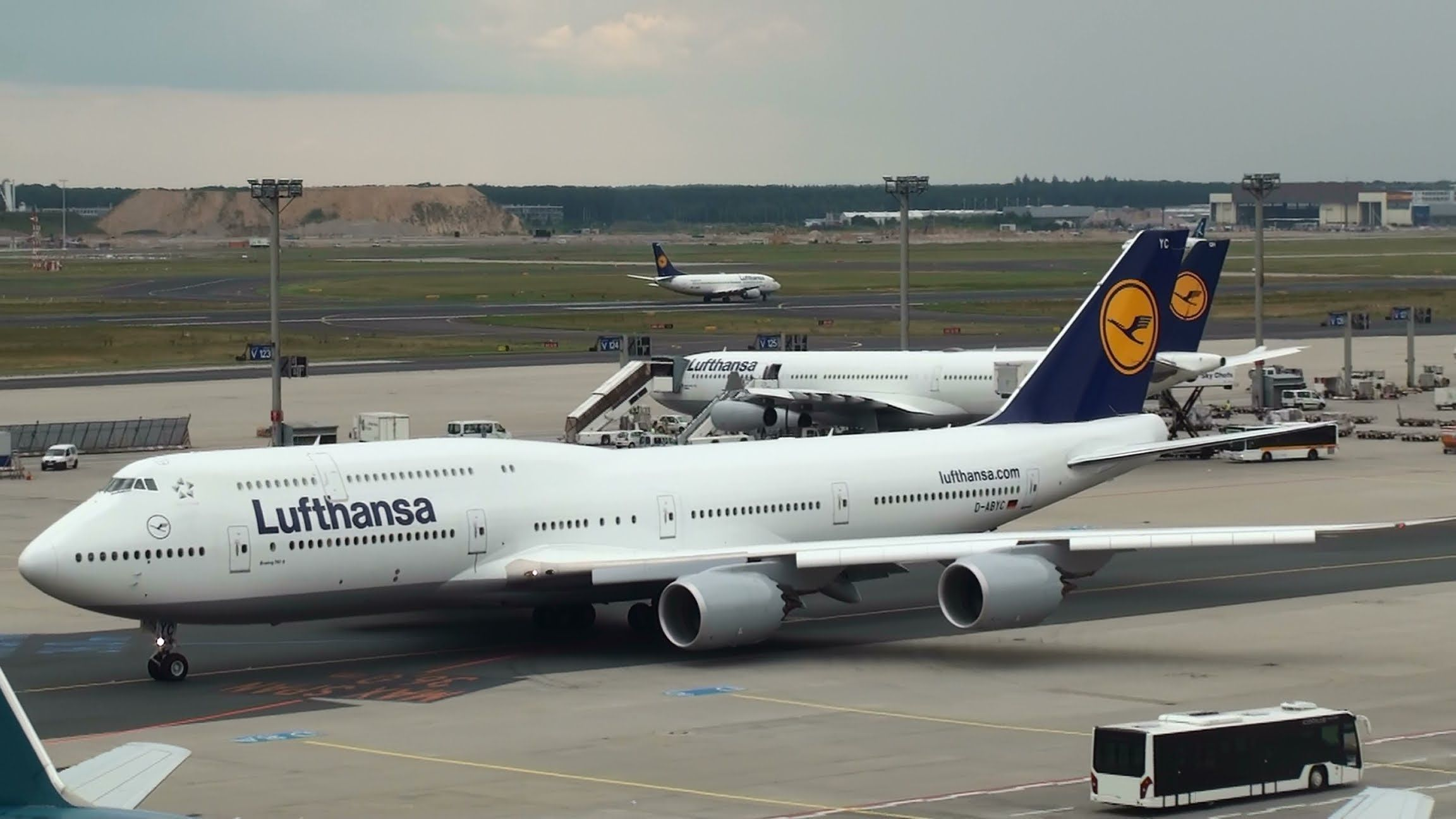 Lufthansa Boeing 747 8 Taxiing For Takeoff At Frankfurt Airport Full Hd Boeing 747 8 Boeing 747 Boeing