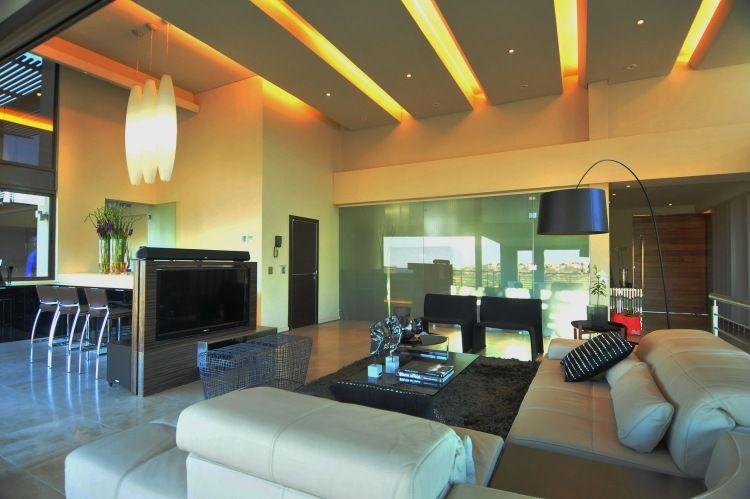 orangenfarbenes licht hinter abgehängte decke   false ceiling,