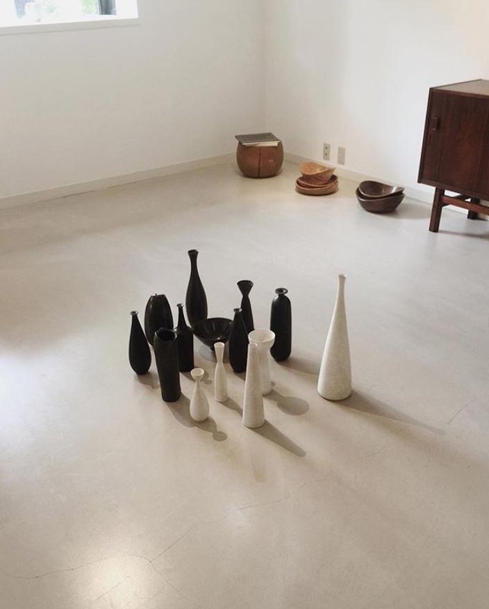安齊賢太陶藝家安齊賢太 1980年出生於福島 起初並不是從事藝術的專業人士 他在文科大學畢業後的第一份和醫療設備相關的工作 在工作 期間他開始對製作陶器感興趣 利用下班和周末的時間在京都傳統工藝職業學校學習制陶 2006年赴英 成為英國陶藝家