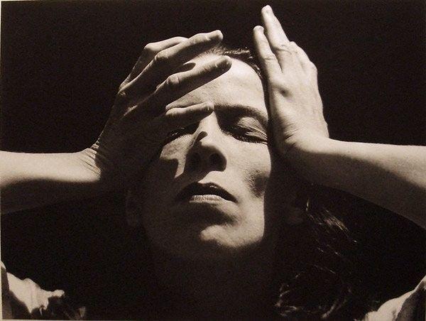 """Nessun artista è soddisfatto. Non c'è soddisfazione a prescindere in nessun momento. C'è solo una strana, divina insoddisfazione, un benedetto disagio che ci mantiene in marcia e ci rende più vivi degli altri.""""  (Martha Graham) -     photo: Imogen Cunningham, Marta Graham (1931)"""