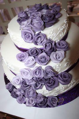 Hochzeitstorte In Weiss Lila Und Lavendel Mit Rosen Wasserfall
