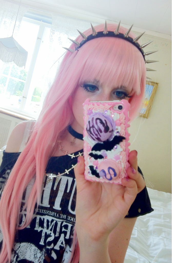 Pink hair + Hair band~ I need to dye my hair like this. >O< Or get a nice wig. I'm not ashamed to wear one, if it's nice enough. >.O Just gotta learn how to put my hair in a bun, which shouldn't be hard.