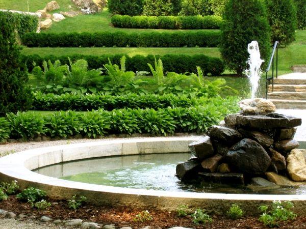 Cambiar o renovar el agua de un estanque en el jardín o fuente