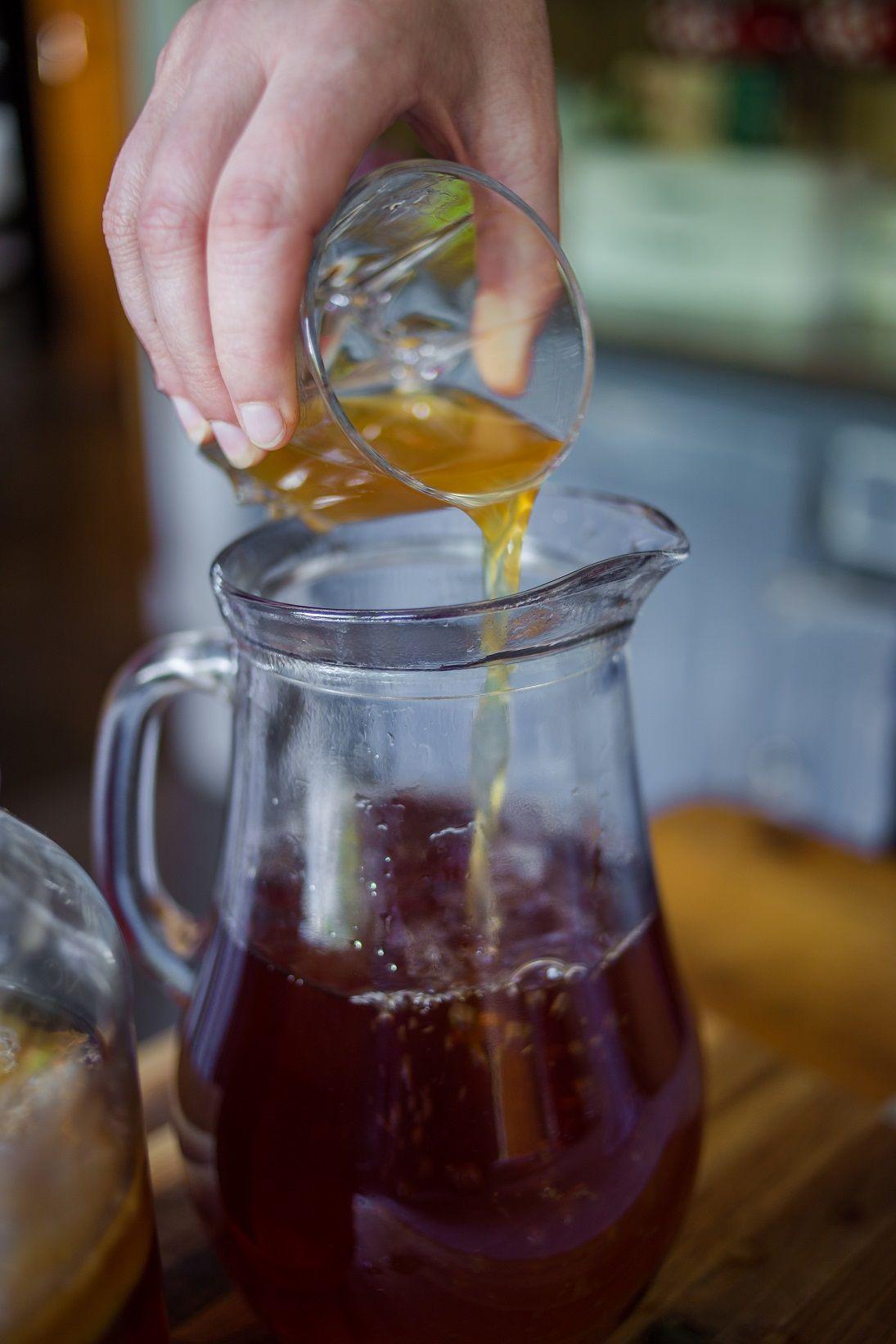 Wie auch du Kombucha selber machen kannst! Ob es die probiotische Wirkung, die tollen Farben des Kombuchas oder der komplexe süß-saure Geschmack ist: Es gibt so viele Gründe Kombucha zu lieben. Und wer sich verliebt, will seine Angebetete möglichst oft bei sich haben. Und bei Kombucha ist das ganz einfach – selber machen.  Wie das Kombucha-Fermentieren #kombuchaselbermachen