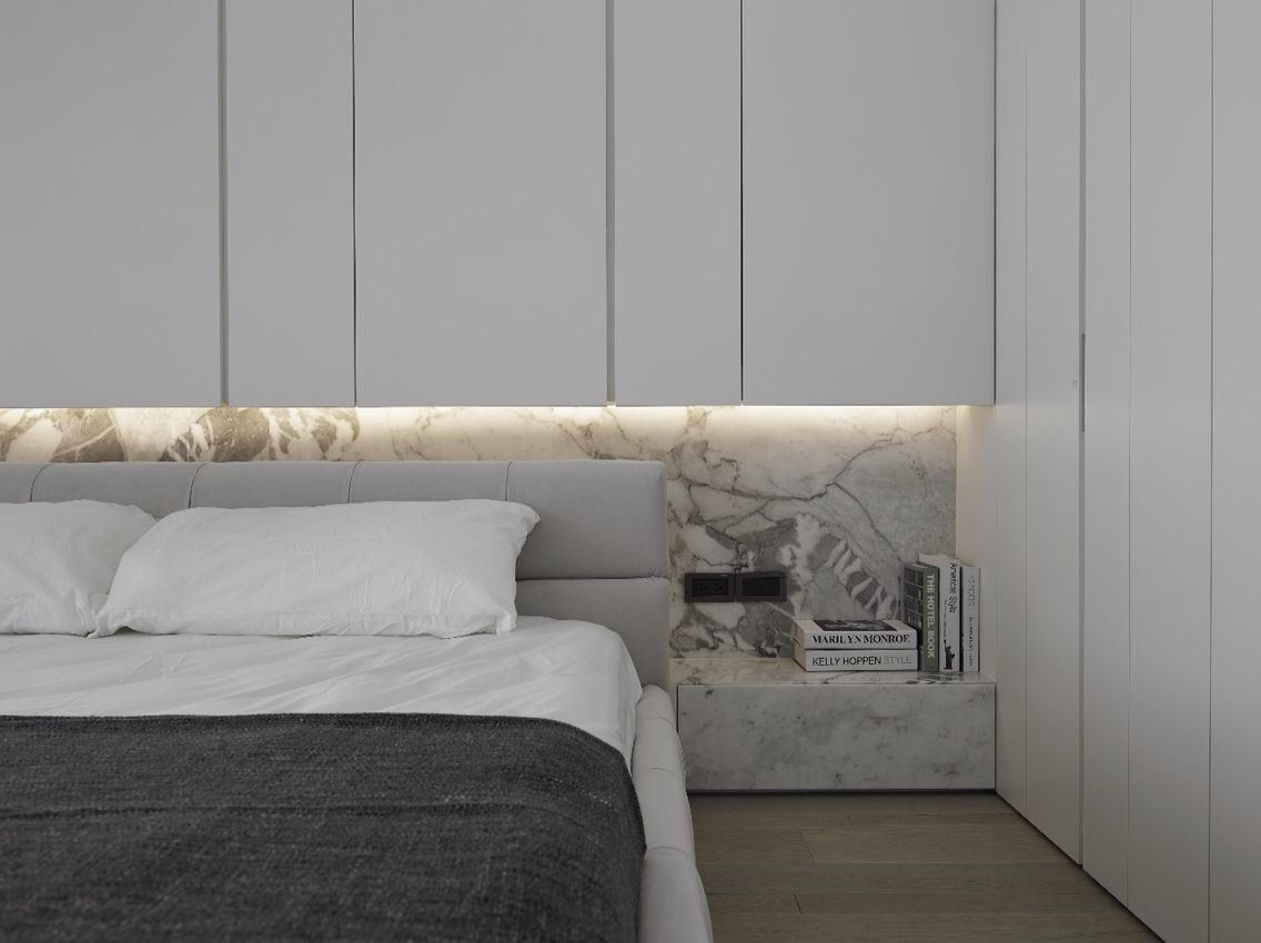 Bedroom with lights under the shelf Schlafzimmer