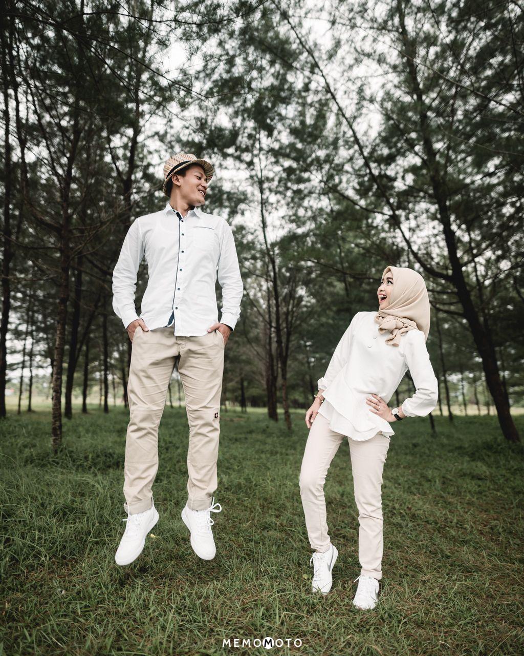 Outdoor Photo Prewedding Di Pantai Teleng Ria Pacitan Burhan Rizza Photo Memo Studio Wedding Pacitan Prew Foto Perkawinan Foto Tunangan Pose Perkawinan