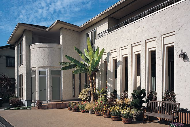 回廊の列柱が印象的な外観 家 回廊 一戸建て
