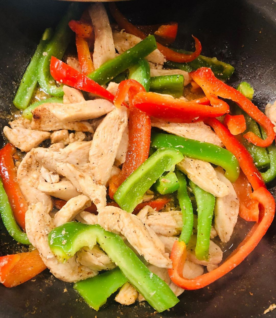 A good Chicken stir fry is always a good idea! Bell peppers, chicken, garlic seasoning, onion seasoning, black pepper, and some Creole seasoning! Serve it with a side or brown or white rice👍🏽