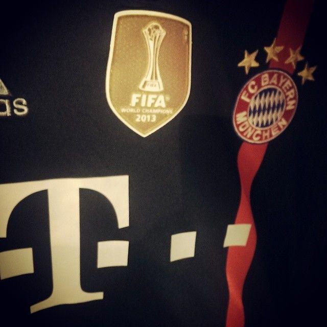 Macht auch im Sporthaus eine gute Figur. Das neue Champions League Trikot des FC Bayern.